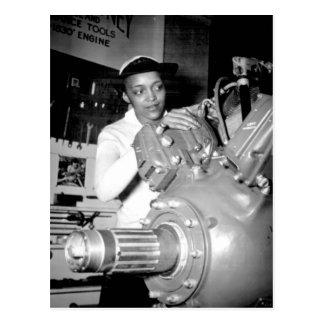 Obrero de la mujer con el motor de avión postales