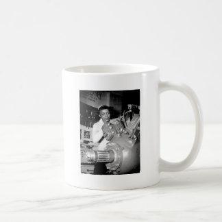 Obrero de la mujer con el motor de avión taza de café