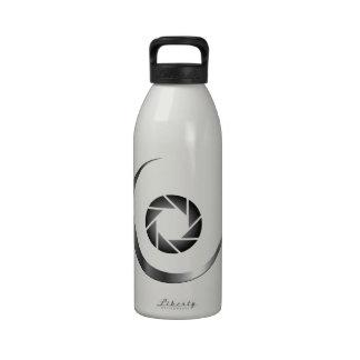 Obturador de la fotografía con una luna creciente botella de agua reutilizable
