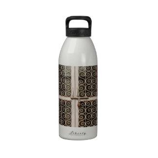 Obturador del metal y pared de piedra botellas de agua reutilizables