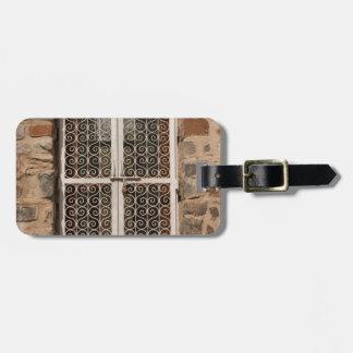 Obturador del metal y pared de piedra etiqueta de maleta