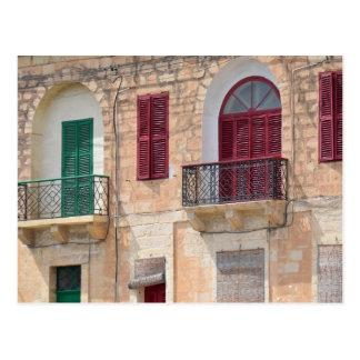 Obturadores coloridos de la ventana en la postal