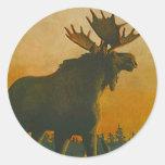 Ocaso crepuscular de los alces de Bull de la fauna Pegatina Redonda