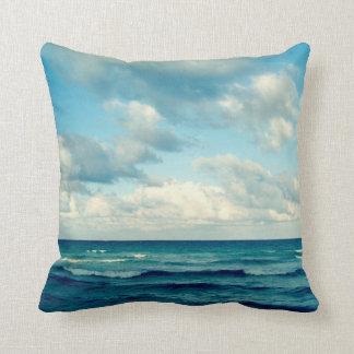 Océano, cielo y almohada de las nubes