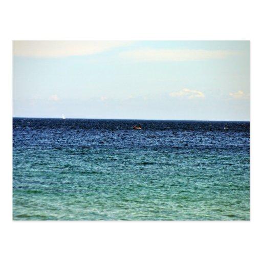 Océano contra el cielo azul postales