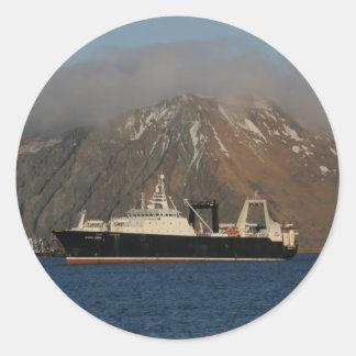 Océano de Alaska, barco rastreador de fábrica en Pegatina Redonda