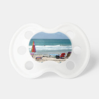 océano de la arena de los paraguas de las tablas h chupetes