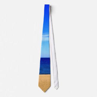 Océano de la playa y lazo del cielo corbata