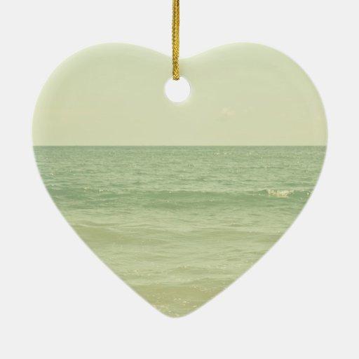 Océano en colores pastel sereno de la verde menta adorno de cerámica en forma de corazón