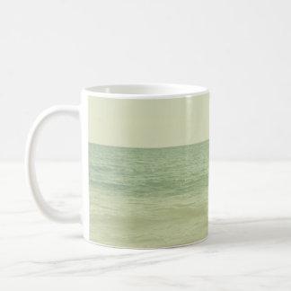 Océano en colores pastel sereno de la verde menta taza de café