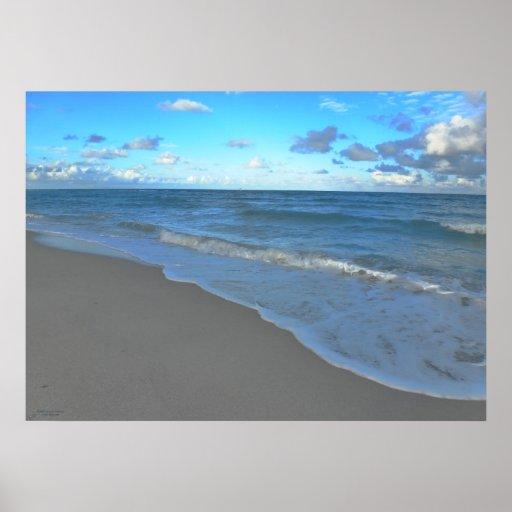 Océano, playa y cielo azules claros poster