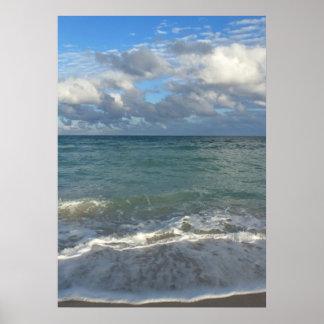 Océano, playa y cielo azules claros póster