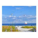 Océano, playa, y postal del velero