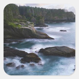 Océano y orilla rocosa de la área remota 2 calcomanía cuadrada