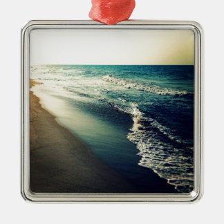 Océano y playa en la oscuridad adorno navideño cuadrado de metal