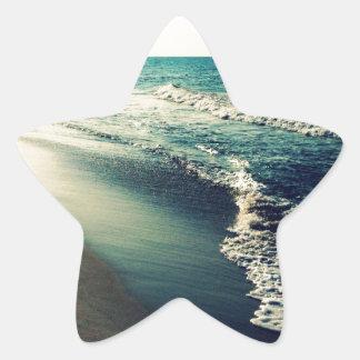 Océano y playa en la oscuridad pegatina en forma de estrella