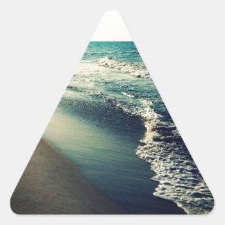 Océano y playa en la oscuridad pegatina triangular
