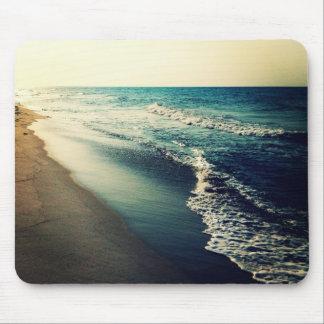Océano y playa en la oscuridad mouse pads
