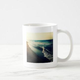 Océano y playa en la oscuridad taza clásica