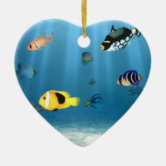 Océanos de pescados adorno de cerámica en forma de corazón