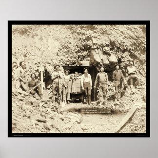 Ocho hombres en la mina de Montana en SD 1889 Póster