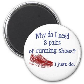 Ocho zapatillas deportivas de los pares imanes para frigoríficos