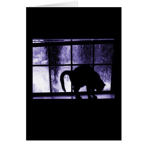 Octubre riega la silueta del gato en el añil de la tarjeta de felicitación