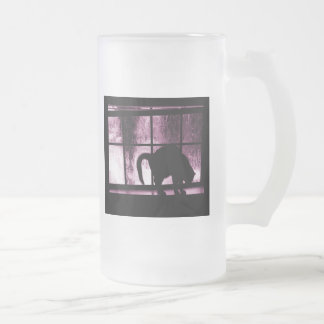 Octubre riega la silueta del gato en el rosa de la taza de cristal