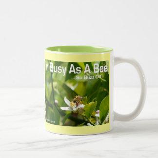 Ocupado como abeja, tan del zumbido taza apagado -