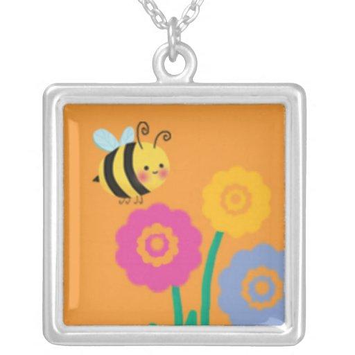 Ocupados lindos manosean la abeja colgante cuadrado