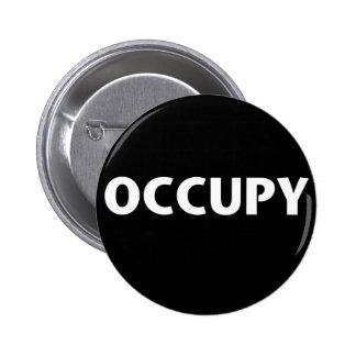 Ocupe (blanco en negro) pin redondo de 2 pulgadas