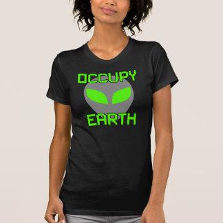 Ocupe la tierra (el extranjero gris claro) camisetas