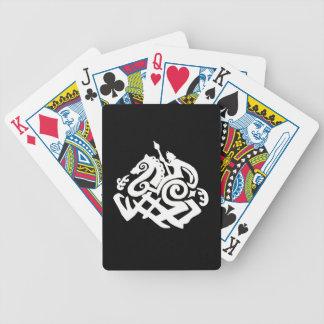 Odin blanco que monta tarjetas del póker de barajas de cartas