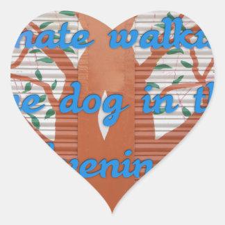 Odio caminar el perro por la tarde pegatina en forma de corazón