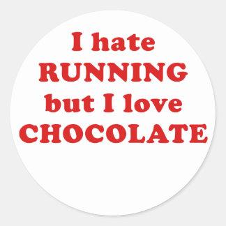 Odio correr pero amo el chocolate pegatina redonda