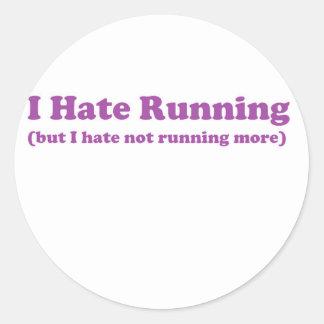 Odio correr púrpura pegatina redonda
