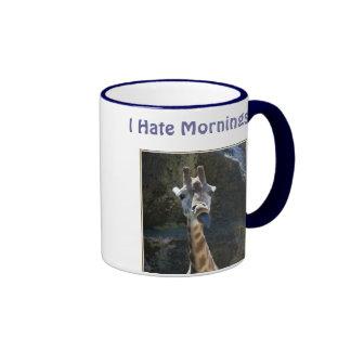 Odio las mañanas, jirafa que pega la lengua hacia  tazas