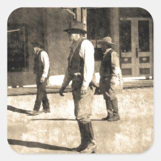 Oeste del vintage listo del tiroteo viejo pegatina cuadrada