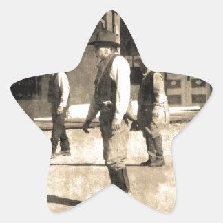 Oeste del vintage listo del tiroteo viejo pegatina en forma de estrella