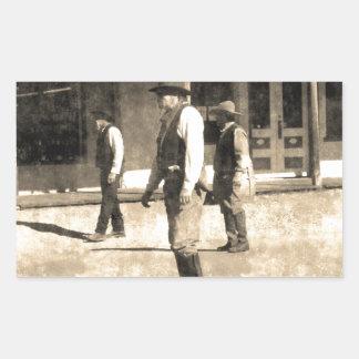 Oeste del vintage listo del tiroteo viejo pegatina rectangular