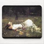 Ofelia que pone en el prado tapetes de ratón