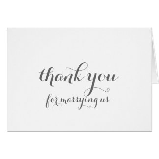 Officiant le agradece cardar tarjeta pequeña