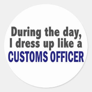 Oficial de aduanas durante el día etiquetas redondas