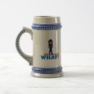 Oficial de policía de la mujer taza de café