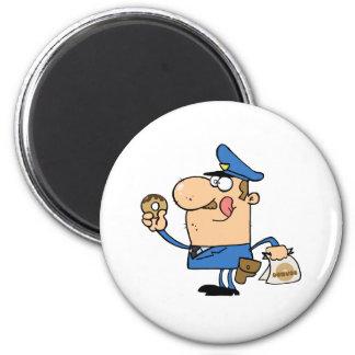 Oficial de policía feliz que come el buñuelo imán redondo 5 cm