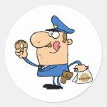 Oficial de policía feliz que come el buñuelo pegatina redonda