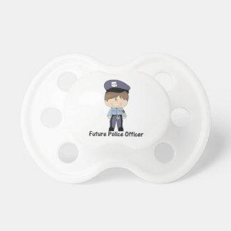 oficial de policía futuro (muchacho) chupetes