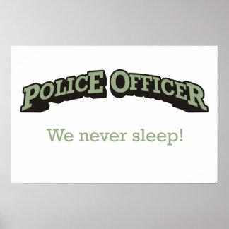 ¡Oficial de policía - nunca dormimos! Póster