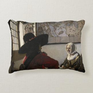 Oficial y chica de risa de Juan Vermeer Cojín Decorativo