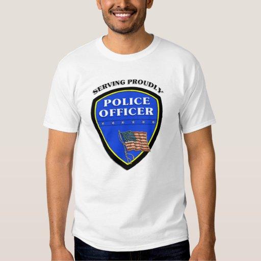Oficiales de policía que sirven orgulloso polera